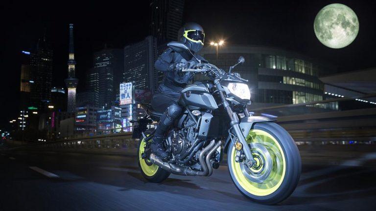 2018-Yamaha-MT-07-EU-Night-Fluo-Action-005