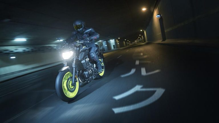 2018-Yamaha-MT-07-EU-Night-Fluo-Action-010