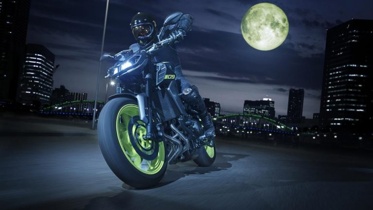 2018-Yamaha-MT-09-EU-Night-Fluo-Action-005