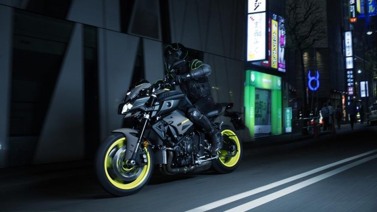 2018-yamaha-mt-10-eu-night-fluo-action-008