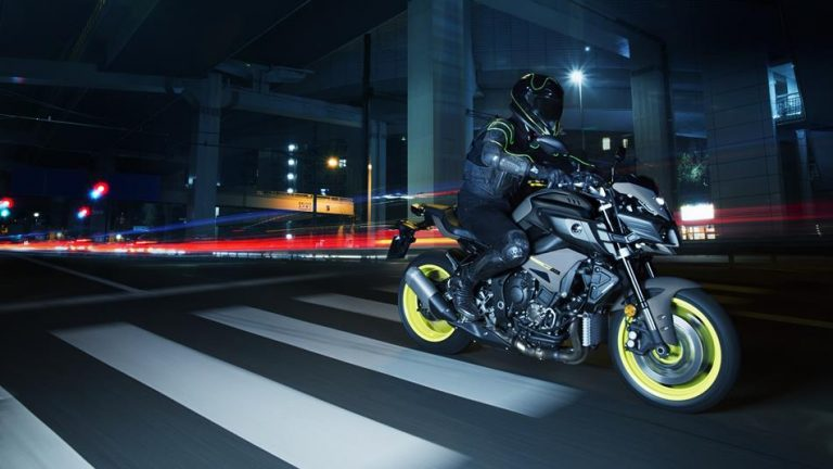 2018-yamaha-mt-10-eu-night-fluo-action-009